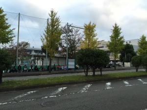 正門前に並ぶ人たち